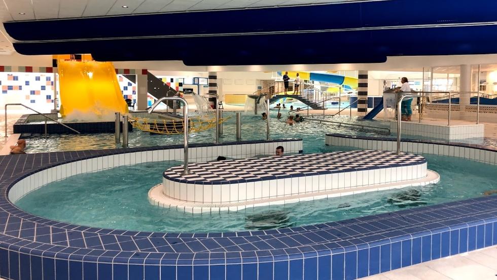 Schwimmhalle und Erholungsareal mit Thermalwasser