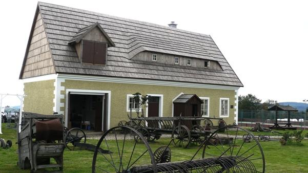 Erzgebirgsmuseum und der Kapelle in Lesná