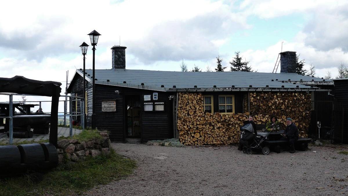 Vrcholová chata, kde můžete posedět a objednat si i něco k jídlu a pití