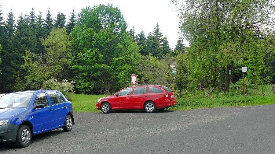 Parkujte u silnice u turistického rozcestníku | Krušnohorci