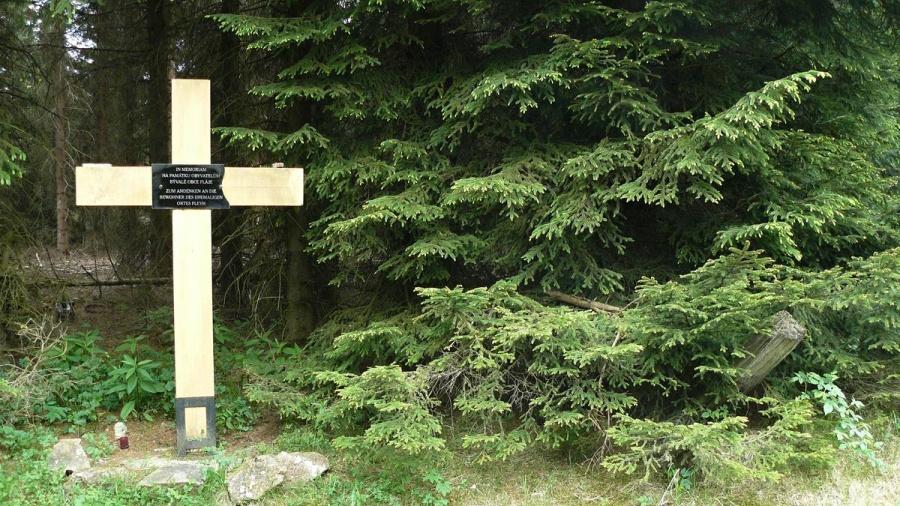 Křížek věnovaný bývalím obyvatelům obce Fláje