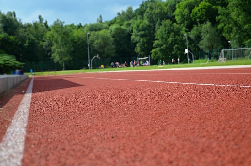Příjemný tartanový povrch sportovního stadionu