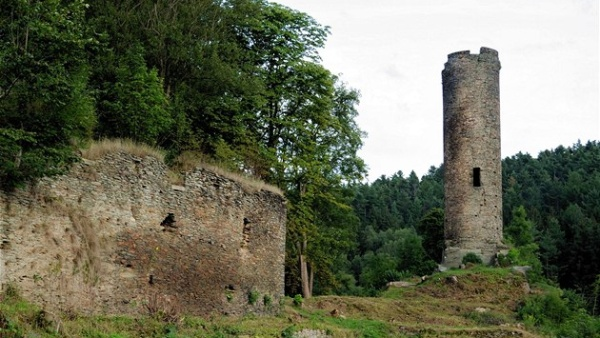 Die Burgruine der Burg Neuberg in Podhradí