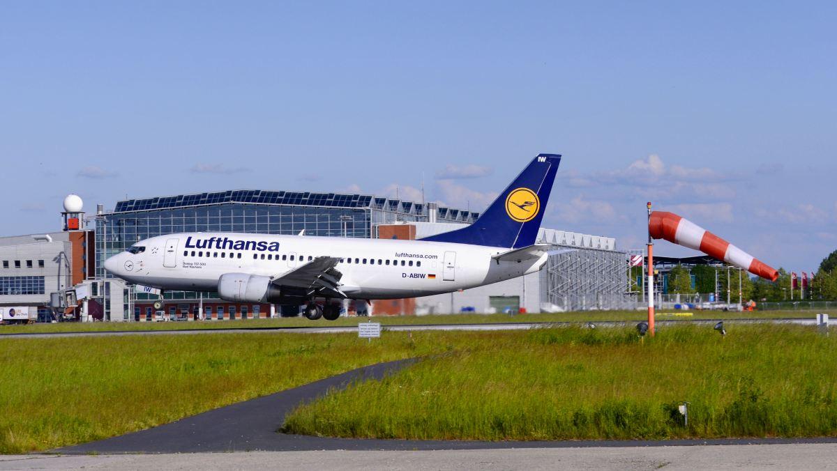 Letadlo Lufthansa na letišti v Drážďanech