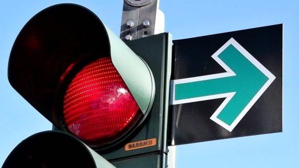 Zelená šipka umožňuje pokračovat v jízdě