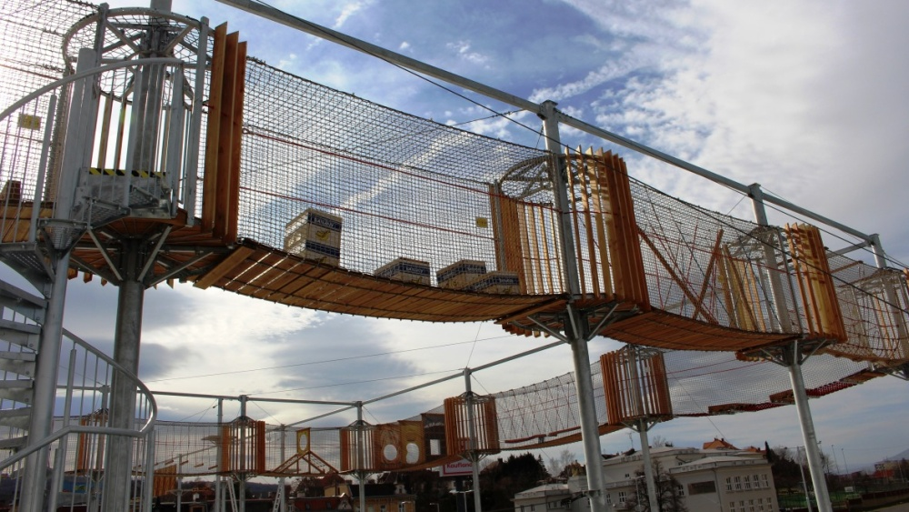 Teplický lanový park na střeše obchodního centra