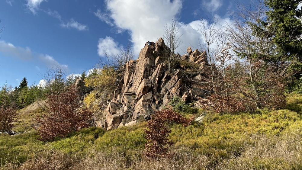 Skalka kousek od vrcholu s výhledem do údolí | Krušnohorci