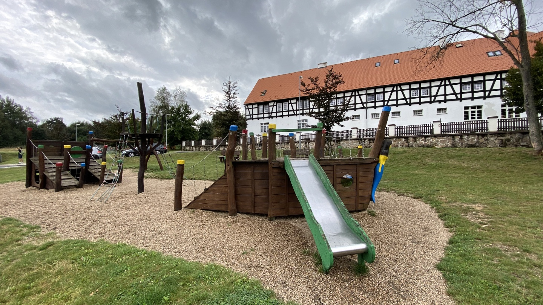Dětské hřiště před statkem Bernard | Krušnohorci